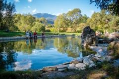 Keď sa vrátite z túry napríklad Jánskou dolinou, nie je nič lepšie ako si ovlažiť nohy vo vlažnej liečivej vode. V pozadí predhorie Nízkych Tatier.